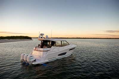 regal-boats-launches-outboard-powered-sport-yacht-at-miami-boat-show_1